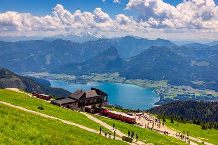 Schafberges aufgenommen, Mountain landscape in Salzkammergut, Upper Austria. View from Schafberg peak to Mondsee, Austria. Himmelspforte Schafberg in Austria, between Mondsee and Wolfgangsee lakes. Archivio Fotografico