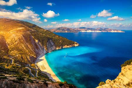 Famous Myrtos beach from overlook, Kefalonia (Cephalonia), Greece. Myrtos beach, Kefalonia island, Greece. Beautiful view of Myrtos beach, Ionian Island, Kefalonia (Cephalonia), Greece. 免版税图像