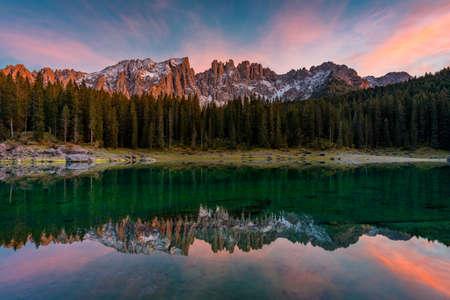 Carezza lake (Lago di Carezza, Karersee) with Mount Latemar, Bolzano province, South tyrol, Italy. Landscape of Lake Carezza or Karersee and Dolomites in background, Nova Levante, Bolzano, Italy. 免版税图像