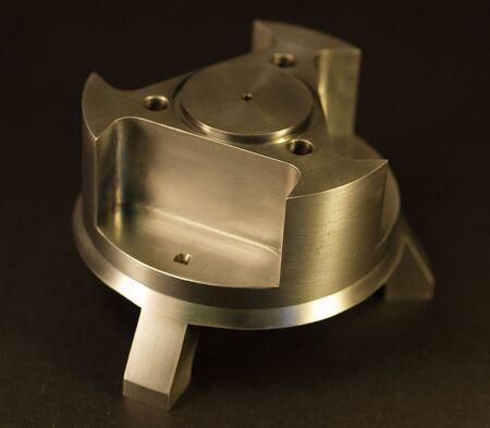 frezowanie: Jest to obraz niestandardowy bielony lub obrobionymi części. Maszyna sklepów wykorzystania produkcji tego typu z niestandardowych części maszyn CNC, tokarek, młyny i zawracania centers. Zdjęcie Seryjne