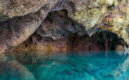 오렌지 바위, 세 눈 국립 공원, 도미니카 공화국과 대조하는 아름 다운 푸른 지 하 바다. 스톡 콘텐츠