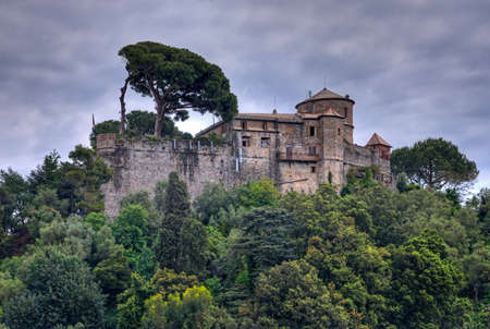 Portofino, Italië - 2016/05/18 - Castello Brown (Brown Castle) hoog boven de haven in Portofino, Liguria, Italië Stockfoto - 72722727
