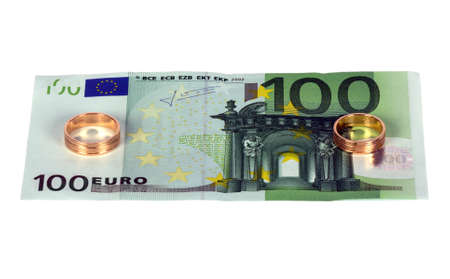 100 euro with two wedding rings, isolated on a white backgrounds Standard-Bild