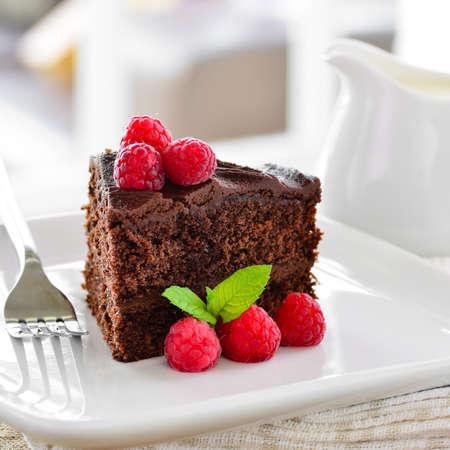 rebanada de pastel: El hogar hizo pastel de chocolate Foto de archivo