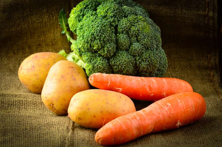 un healthy: Earthy vegetables on a rustic background
