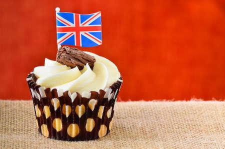 tortas de cumpleaños: Torta de la taza con la escama del chocolate glaseado fondant y una bandera de Union Jack