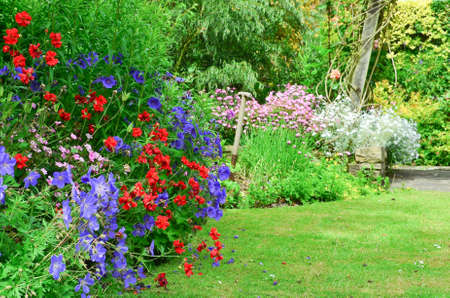 English country garden flower borders Imagens - 42536543