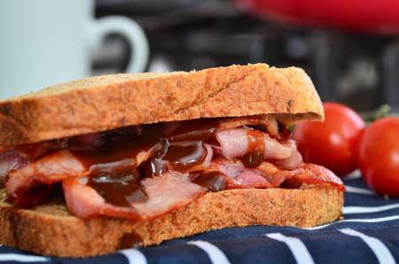bocadillo: Delicioso sándwich de tocino fresco