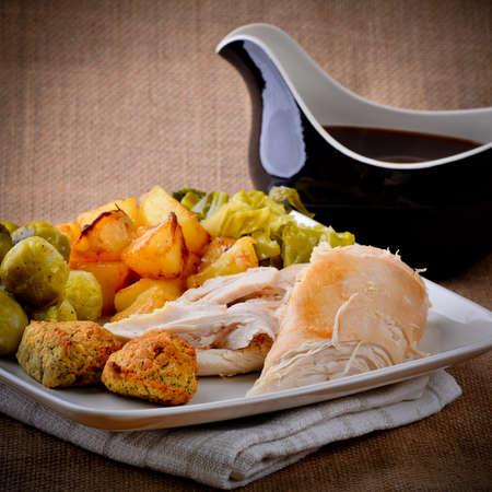 sol: pollo almuerzo de domingo con salsera Foto de archivo