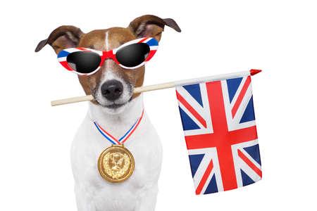 bandera blanca: perro olímpico con la gran bandera de Gran Bretaña Foto de archivo
