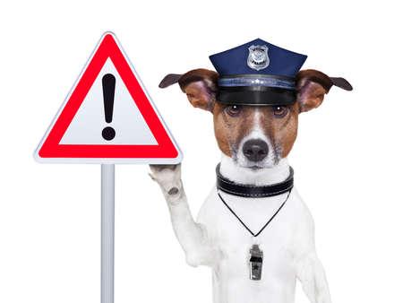 gorra polic�a: perro polic�a con una se�al de advertencia calle Foto de archivo