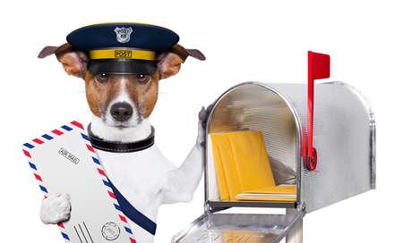 corriere: postino posta cane con un aereo della corrispondenza e mail box
