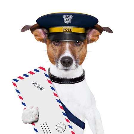 corriere: postino posta cane con una lettera di posta aerea