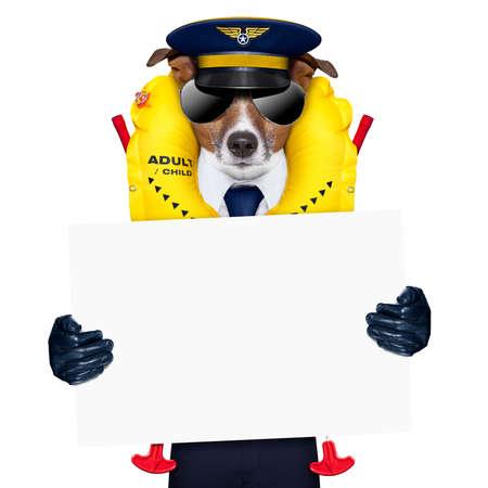 Pilot Kapitän Hund trägt Notfall Schwimmweste halten ein Plakat