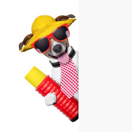 vakantie hond met thermoskan achter een plakkaat Stockfoto