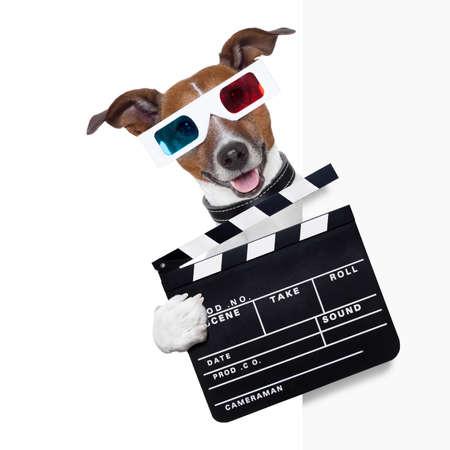 CINE: chapaleta cine perro detrás de la pancarta en blanco Foto de archivo