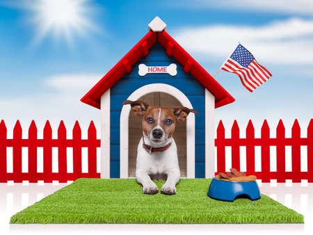 dog days: casa de perro con la bandera americana y el cuenco lleno de comida Foto de archivo