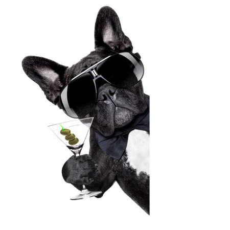 犬の白の空白のバナーやプラカードの後ろに乾杯