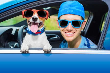 aandrijvingen: hond in een auto op zoek via venster met Rij-instructeur