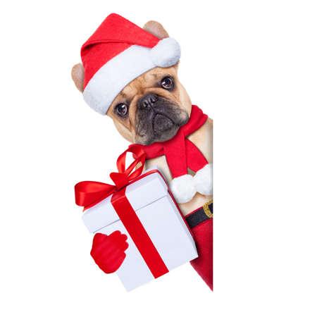 santa claus Kerst hondt met heden naast witte lege plakkaat of banner, geïsoleerd op een witte achtergrond
