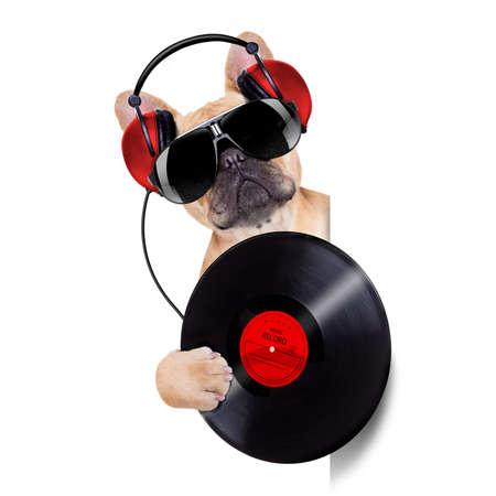 DJ 흰색과 빈 빈 배너 또는 게시 옆에 음악 레코드를 재생하는 개, 흰색 배경에 고립