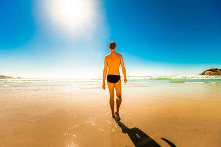personas pensando: joven caminando en la orilla de la playa del oc�ano relajante y tener un momento para s� mismo, en el sur de �frica