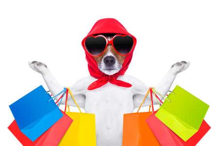 jack russell hond met boodschappentassen klaar voor korting en de verkoop in het winkelcentrum, op een witte achtergrond