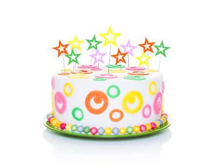decoracion de pasteles: pastel de cumpleaños feliz o tarta con velas de estrellas muy coloridos y mirando muy sabrosa, aislados en fondo blanco