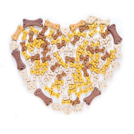 treats: gran forma de coraz�n de mascotas o hueso de perro cookies como golosinas, aislado en fondo blanco