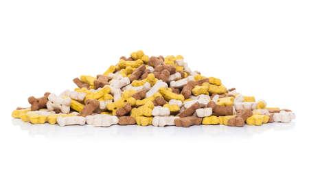 treats: gran montículo de mascotas o hueso de perro cookies como golosinas, aislado en fondo blanco
