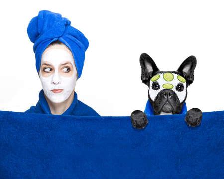 toallas: mujer joven o niña con máscara de belleza facial crema en la cara con el perro bulldog francés con tratamiento de bienestar, aislado en fondo blanco Foto de archivo