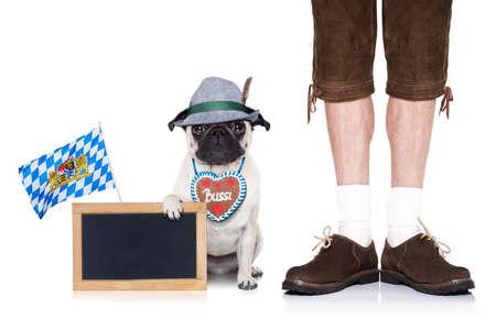 伝統: ジンジャーブレッド心とバイエルンの所有者は、バナーまたは黒板プラカード、白い背景で隔離を保持しているパグ犬