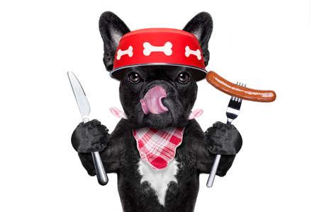 paciencia: hambriento perro bulldog francés que sostiene el plato de comida y lamer con la lengua, con salchichas, aislado en fondo blanco