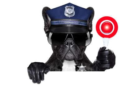 一時停止の標識の義務に関する警察犬と黒い旗やプラカードの後ろに空白の白い背景で隔離の手