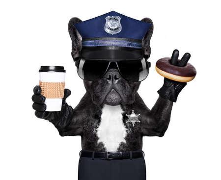 POLICE CHIEN EN SERVICE AVEC panneau d'arrêt et de la main, isolé sur fond blanc blanc, ayant une pause-repas avec beigne et café Banque d'images - 70908997