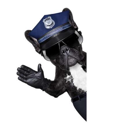 autoridad: SERVICIO DE POLICÍA DE PERRO CON señal de alto y la mano, aislados en blanco de fondo blanco, detrás de la bandera o pancarta negro