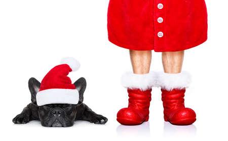 クリスマス フレンチ ブルドッグ サンタ クロース犬分離した赤い帽子とブーツと白い背景の上の休日のため