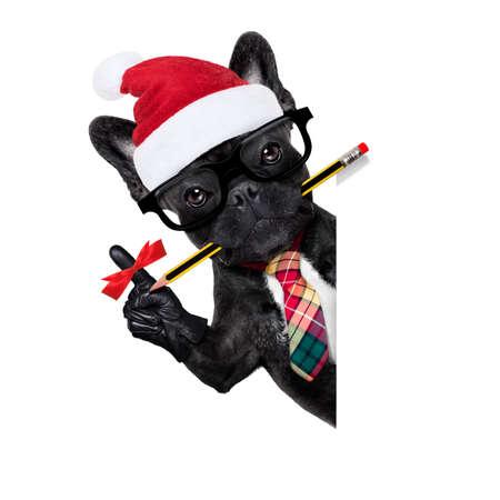 Büro Geschäftsmann französische Bulldogge Hund mit Finger Band Erinnerung, etwas Wichtiges nicht zu vergessen, hinter einem leeren weißen Banner oder Plakat, an Weihnachten Urlaub Urlaub mit Santa Claus Hut Standard-Bild