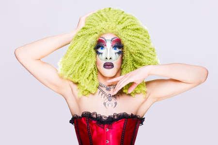 Drag queen cool avec un maquillage spectaculaire, un look élégant et glamour, posant avec fierté et style pour les droits à l'égalité lgtb Banque d'images - 103071678