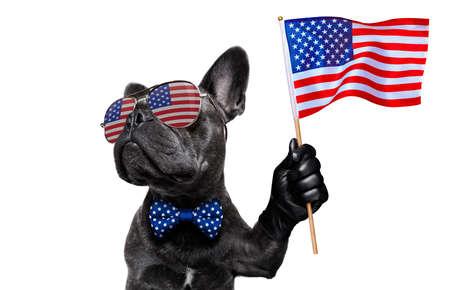 Franse bulldog zwaaien met een vlag van de vs en overwinnings- of vredesvingers op onafhankelijkheidsdag 4 juli met zonnebril