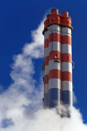 cylindrical: L'inquinamento atmosferico industriale, rosso e bianco camino Archivio Fotografico