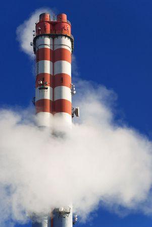 evaporarse: La contaminaci�n industrial del aire, rojo y blanco chimenea