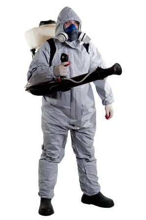 contaminacion del agua: Un trabajador de control de plagas con una máscara para ayudar a exterminar las ratas y otras alimañas
