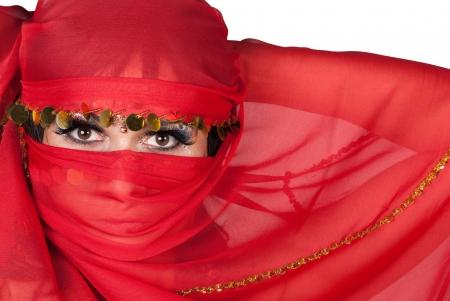 sciarpe: Ritratto di giovane donna che indossa il tradizionale velo rosso Archivio Fotografico