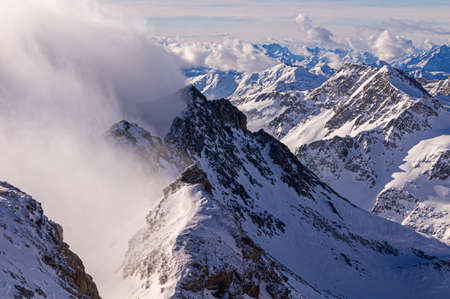 snow in the mountains, fog in the distance, blue sky Banque d'images