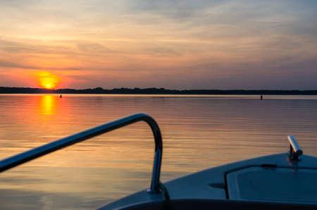 Masurian lake, sunset, motor boat Banque d'images