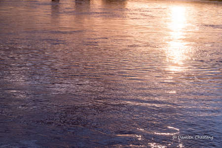 reflection of su sun setting on the water 스톡 콘텐츠