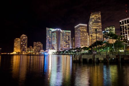 Night view of Miami downtown from bayside Banque d'images