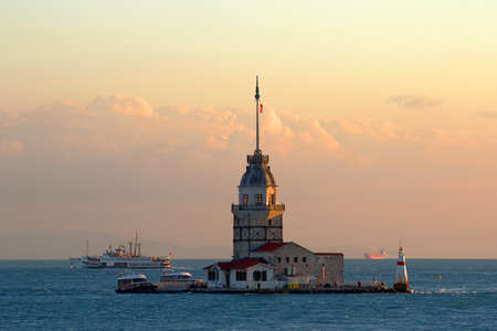 Sunrise on Maiden's Tower in Istanbul, Turkey. 版權商用圖片