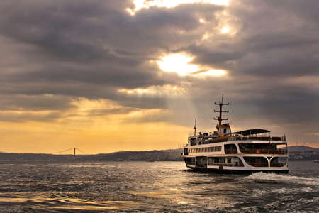 Sunrise on the Bosphorus in Istanbul, Turkey. 版權商用圖片 - 69343053
